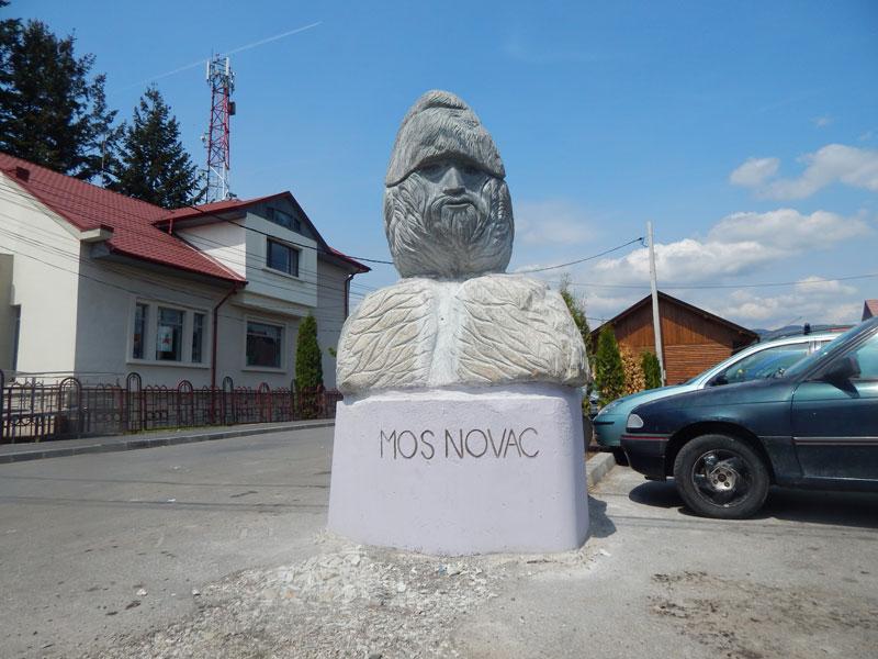 Monument Mos Novac - amplasat in piata Novaci